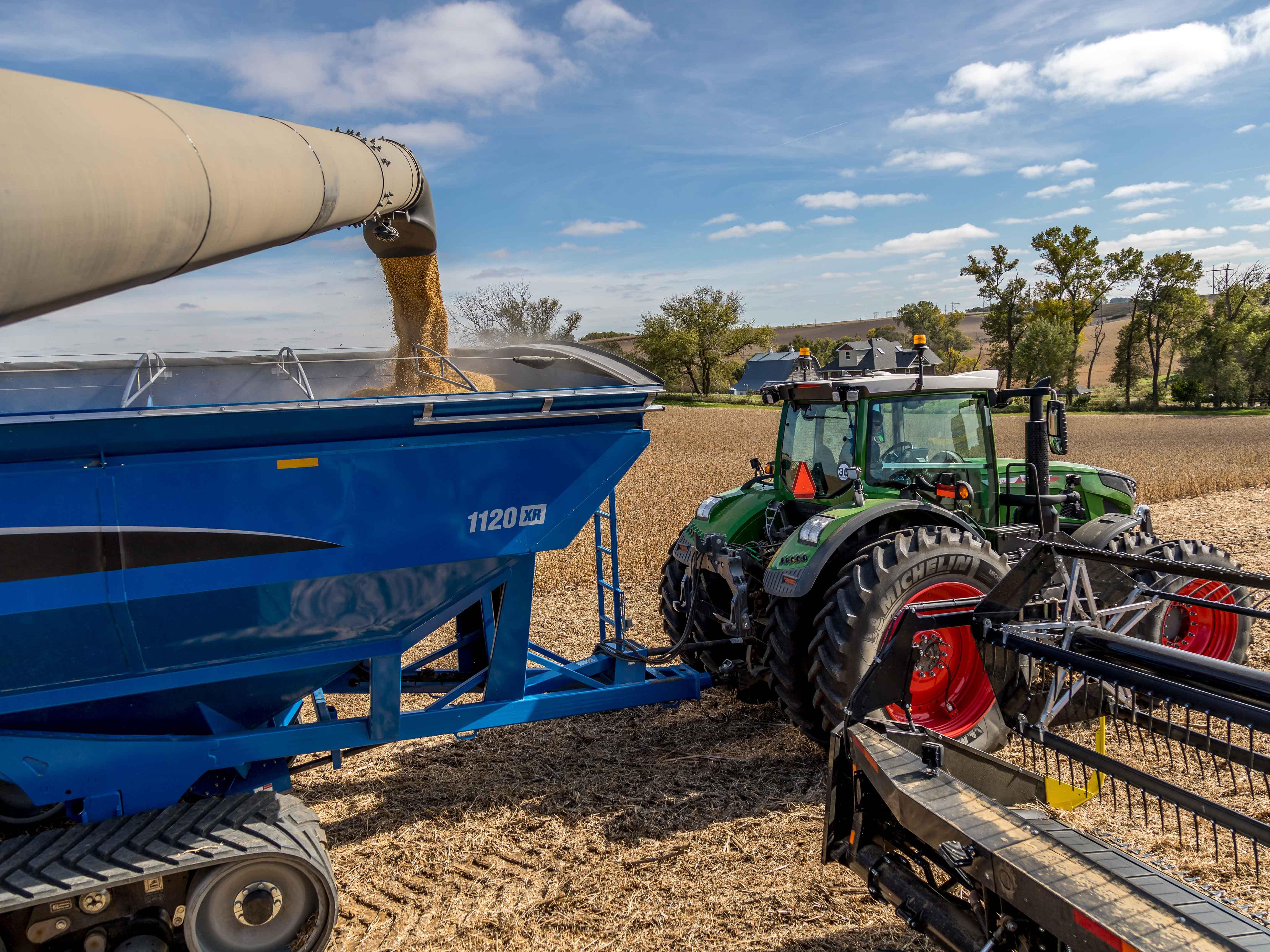 Fendt IDEAL Combine Grain Unloading